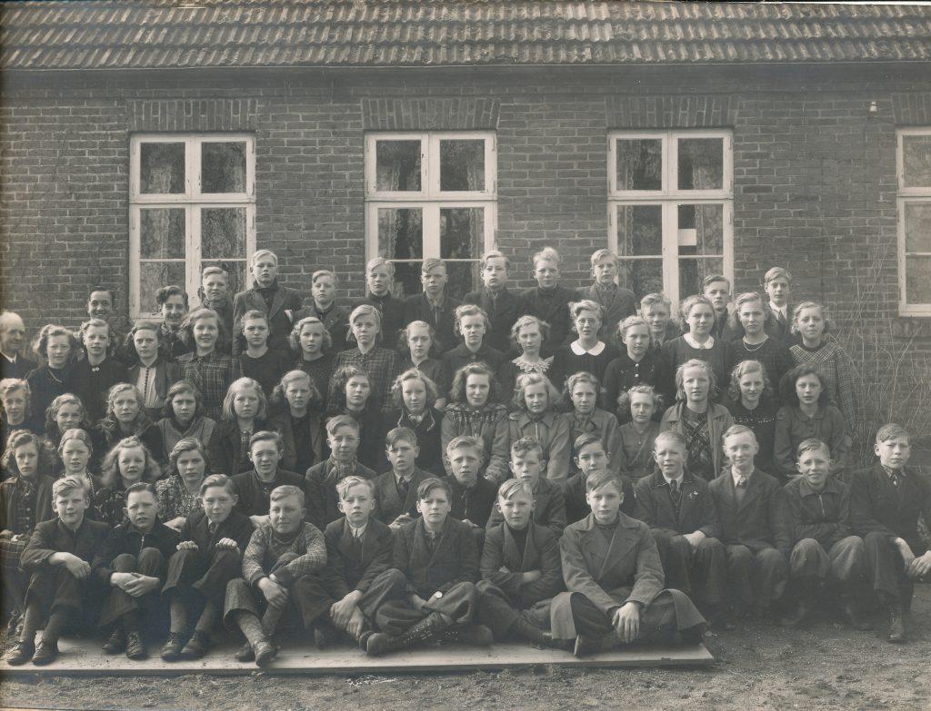 3. række fra oven, nummer 6 fra højre er Dagny Linding g. Thomsen