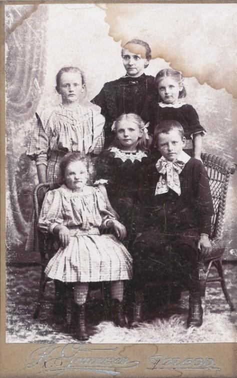 Billed angivet som Mette Grønlund og børn, Strellev - udateret.