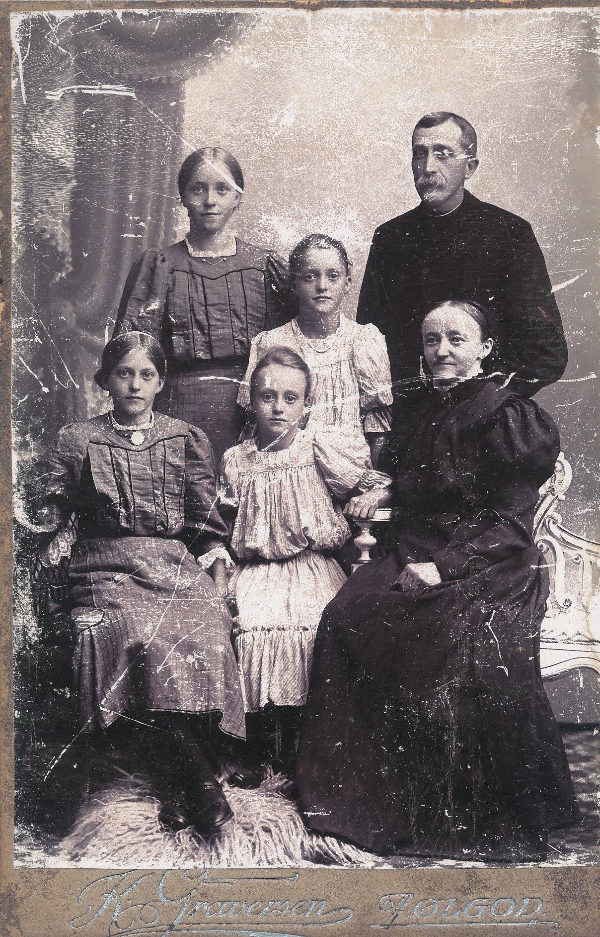 Far, mor og 4 piger - billeder modtaget fra Peder Pedersen ( Borgs ) familie. Formentlig Strellev