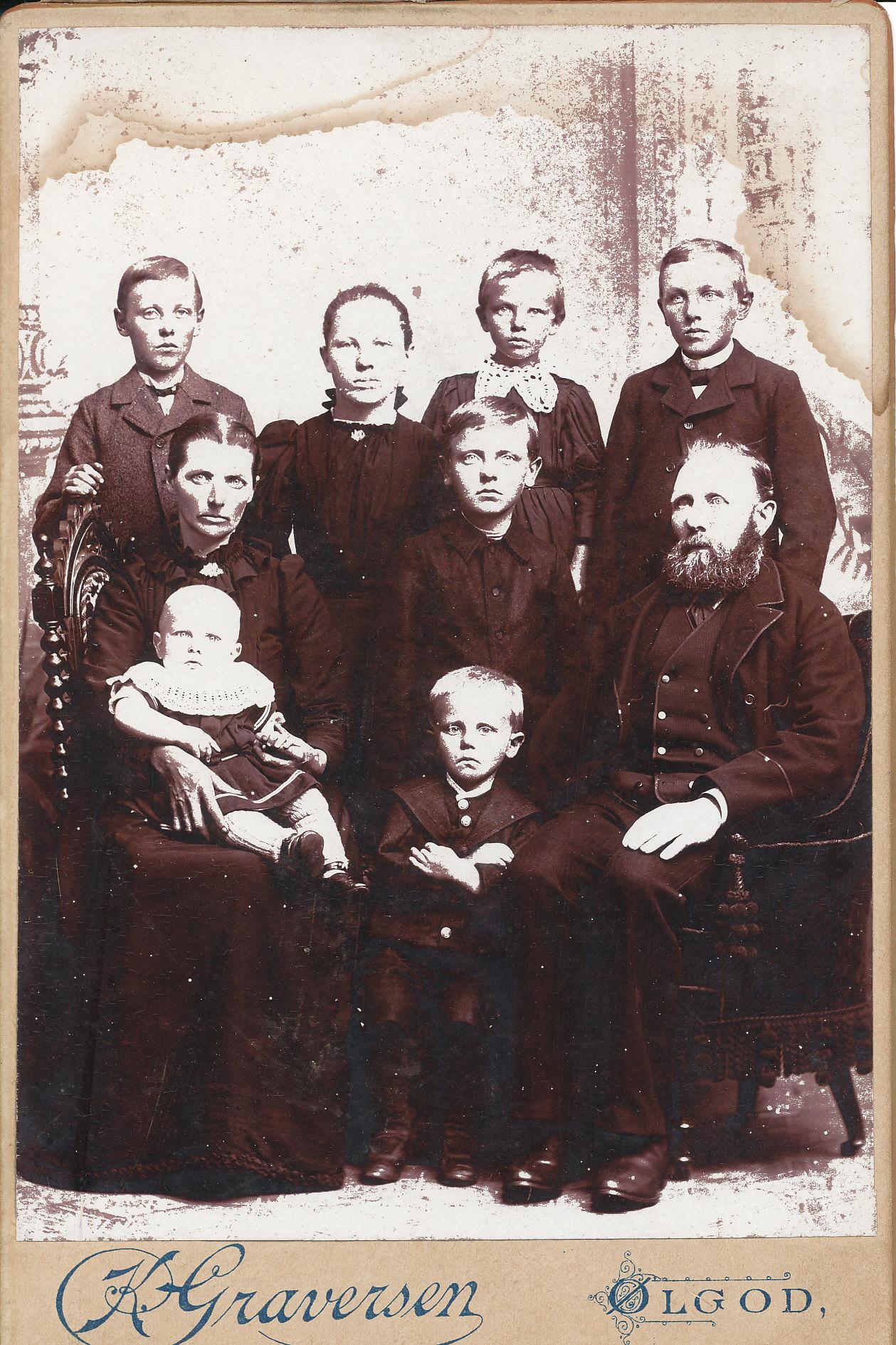 Familie med 7 børn - modtaget fra Peder Pedersen ( Borg`s ) familie. Formentlig Strellev