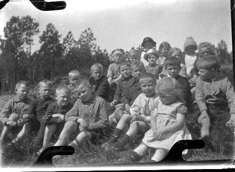 Børn i Hejbøl Plantage - billede fra museumsleder Holger Øllgaard.